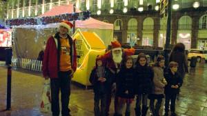 Le Père Noël et une partie des enfants